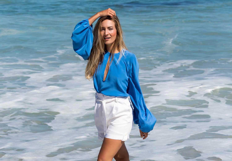 blaue Seidenbluse Raglanarm | weisse Shorts | ASITA SAHABI