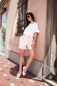 rosa Paperbag Shorts | weisse Rüschenbluse aus Baumwolle