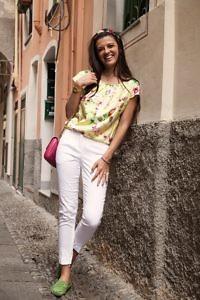 gelbe Seidenbluse mit floralem Motiv | weisse 7/8-Hose | ASITA SAHABI