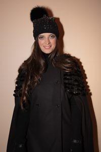 schwarzes Wollcape | schwarze Fellmütze | ASITA SAHABI