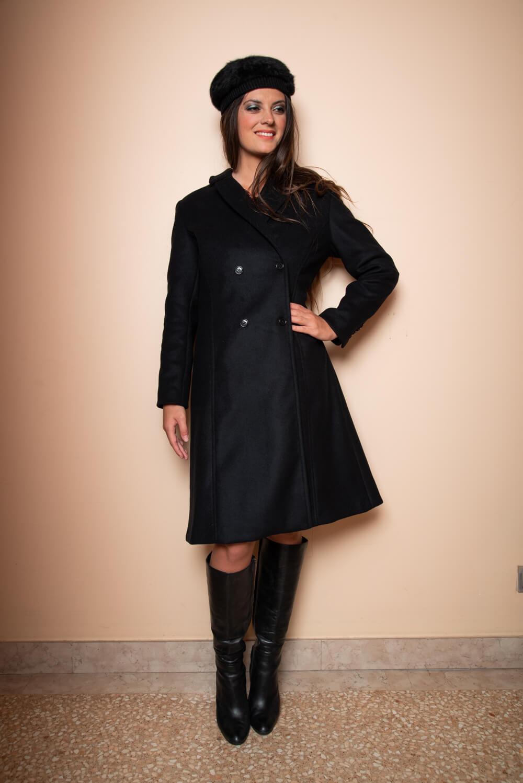 schwarze Fellmütze und schwarzer A-Linien-Mantel | ASITA SAHABI