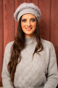 graue Fellmütze | grauer Strickpullover | Winter-Accessoires