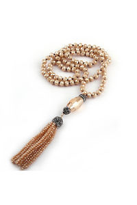 aus beigem Kristallglas geknüpfte lange Halskette mit Quasten