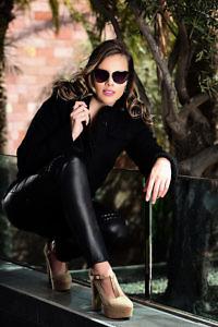 schwarze Strickjacke | schwarze Lederleggins mit Nieten