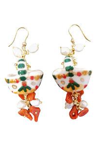 Ohrringe mit Korallen und Perlen im Krugdesign