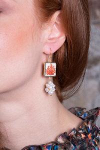 Ohrring mit gemalten Korallen auf Lavastein und Süßwasserperlen