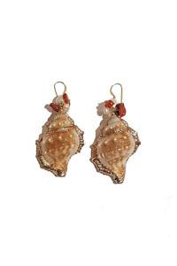 ASITA SAHABI Ohrringe mit goldbemalten Muscheln, Korallen und Süßwasserperlen.
