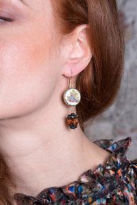 Ohrringe mit Bernstein und gemalten Trauben auf Keramik UVE