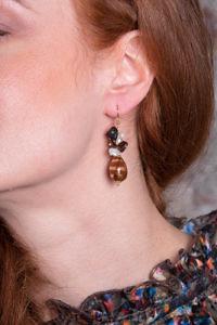 Ohrringe mit goldbemalter Keramik, Bernstein und Süßwasserperlen LIVIA