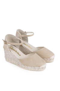 6 cm high cream colored closed suede leather toe wedge.