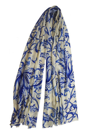 Pashmina SARA with a floral pattern in blue and vanilla | 100% cashmere